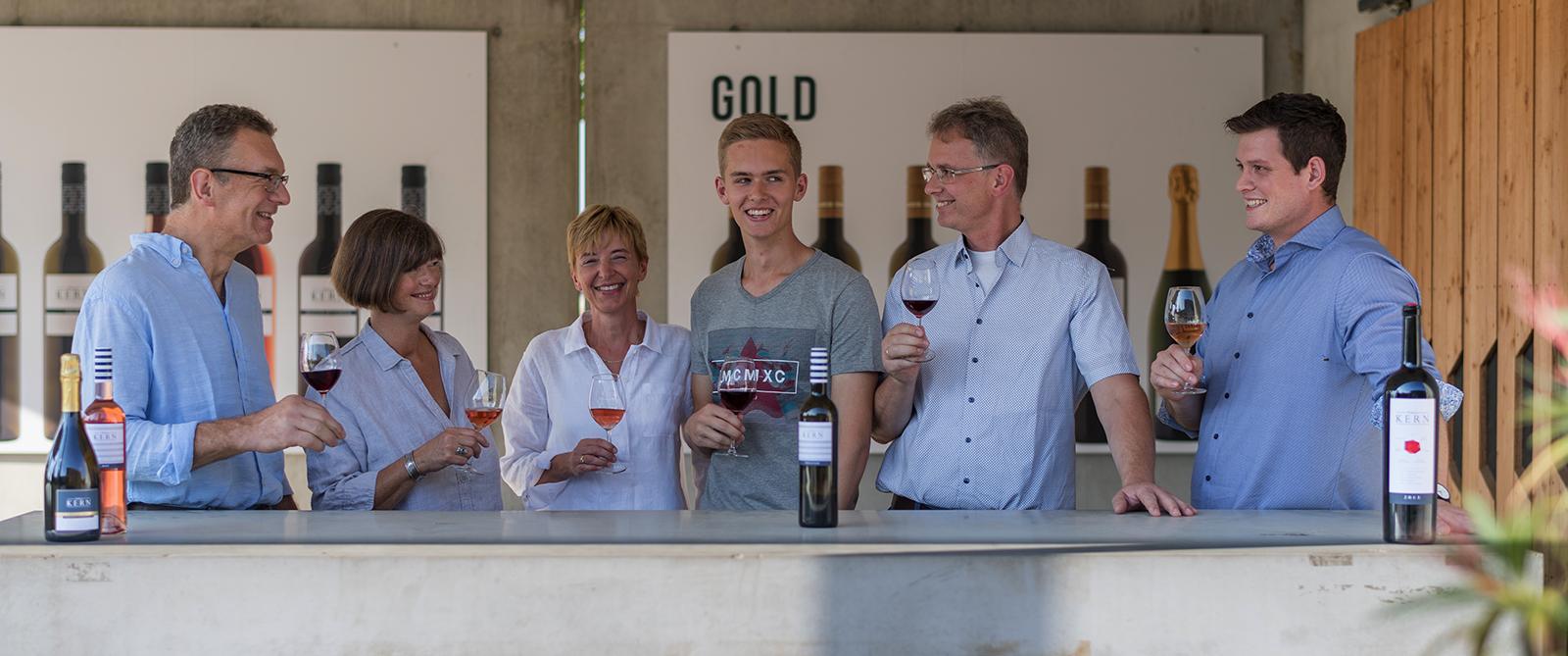 Ulrich, Ina, Brigitte, Andreas, Friedrich und Christoph Kern beim Weinprobieren