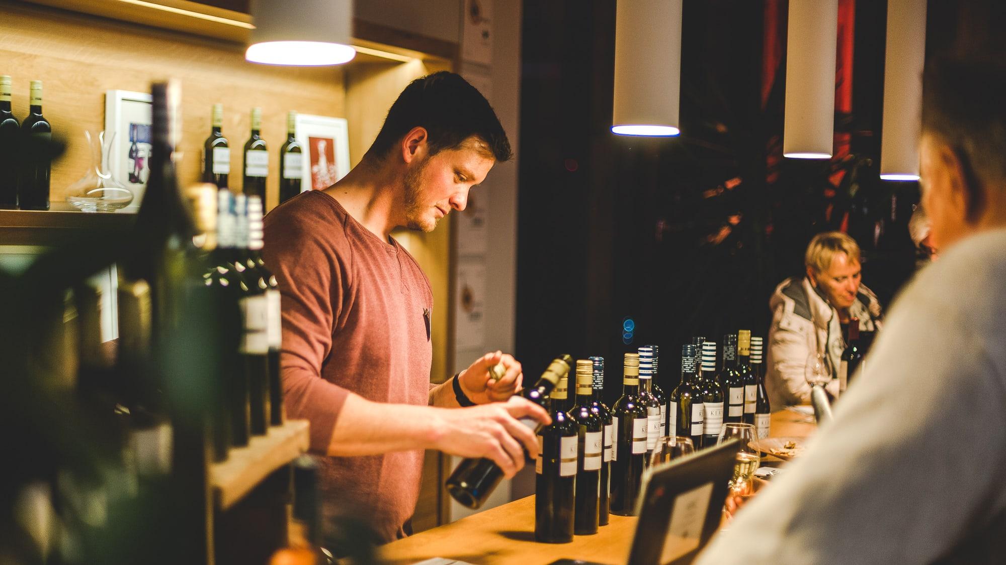 Bei einer Weinprobe schenkt Christoph Kern in der Vinotheke aus