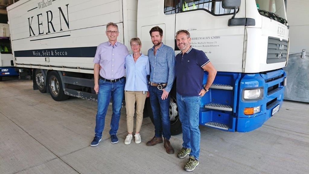 Friedrich und Brigitte Kern mit dem Schauspieler und Produktionsleiter in der Kern-LKW-Halle