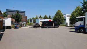 Filmequipment auf Parkplatz von Wilhelm Kern