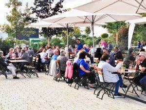 Weinliebhaber genießen Kern-Weine auf dem Hof von Wilhelm Kern