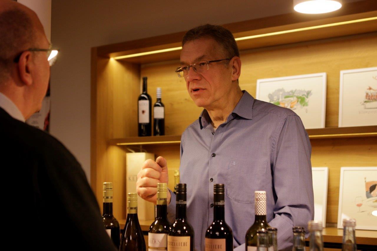 Ulrich Kern in der Vinothek von Wilhelm Kern