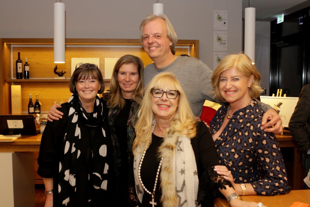 Ina Kern mit dem Künstler Michael Luz und weiteren Gästen in der Vinothek von Wilhelm Kern